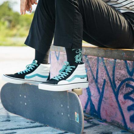 【国内12月10日発売予定】ファビアナ・デルフィーノ × バンズ スケートハイ プロ ブラック/オイル グレー(VN0A45JD2MA)