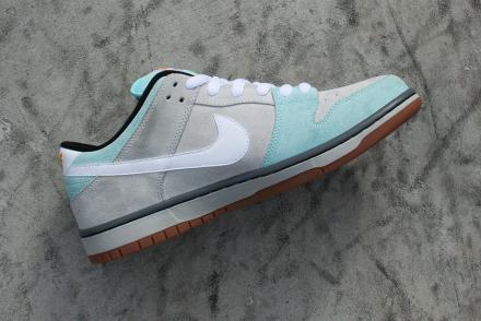 プラス スケートショップ × ナイキ SB ダンク ロー グレイシャー アイス/ホワイト-ライト アッシュ グレー(304292-410)