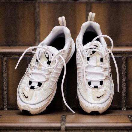 【国内1月18日発売予定】 ナイキ ウィメンズ エアマックス98 ホワイト/ブラック-フォッシル -リフレクト シルバー(AH6799-102)